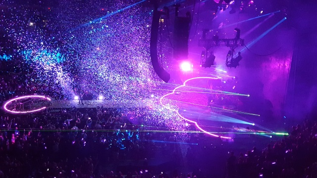 Coldplay loves throwing confetti