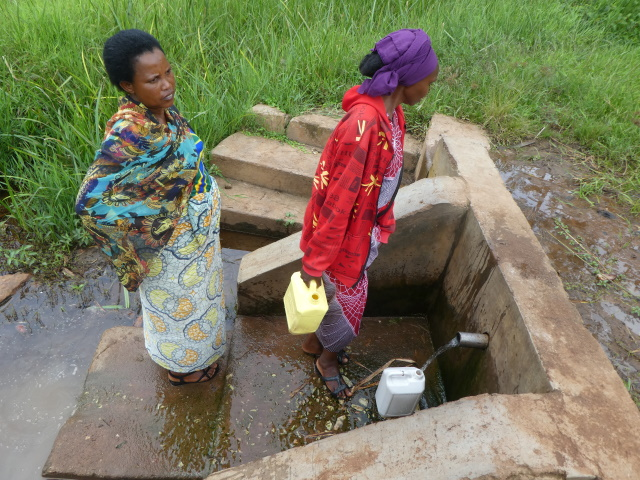 Rwandan women getting water